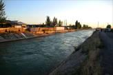 Канал Шахрихансай, подводящий воду из Андижанского водохранилища к началу Большого и Южного Ферганских каналов