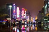 Нанкинская улица — главная торговая улица Шанхая и одна из самых оживлённых торговых улиц в мире. Её восточная часть от набережной Вайтань до Народной площади на большем своём протяжении является пешеходной, на этом отрезке расположено множество разнообразных магазинов и кафе. В западной части улицы расположены элитные магазины и бутики.