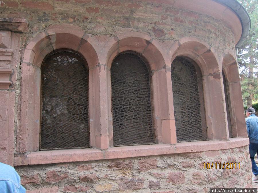 дом Раши примыкает к синагоге