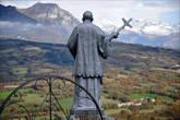 Вид от Notre-Dame de Bois-Vert на долину Шампсор, которую благословляет святой Викентий (Венсан) де Поль, покровитель бедняков