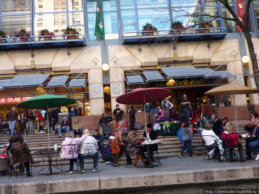 Музыканты и зрители у торгового центра на Riverwalk.