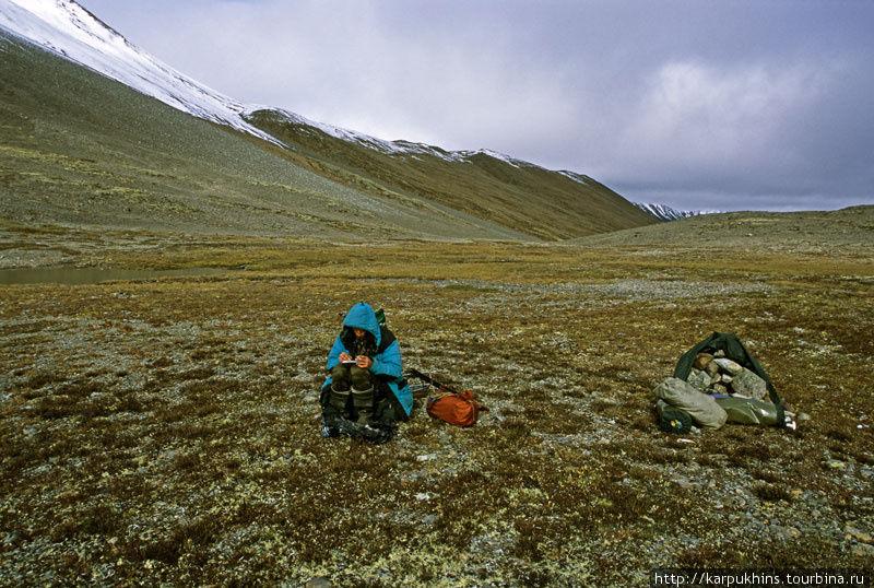 Перевал Сунтар — Правый Ниткан. Граница между Якутией и Хабаровским краем. У перевального тура. Высота 1900 метров над уровнем моря. Виктор делает дневниковые записи.
