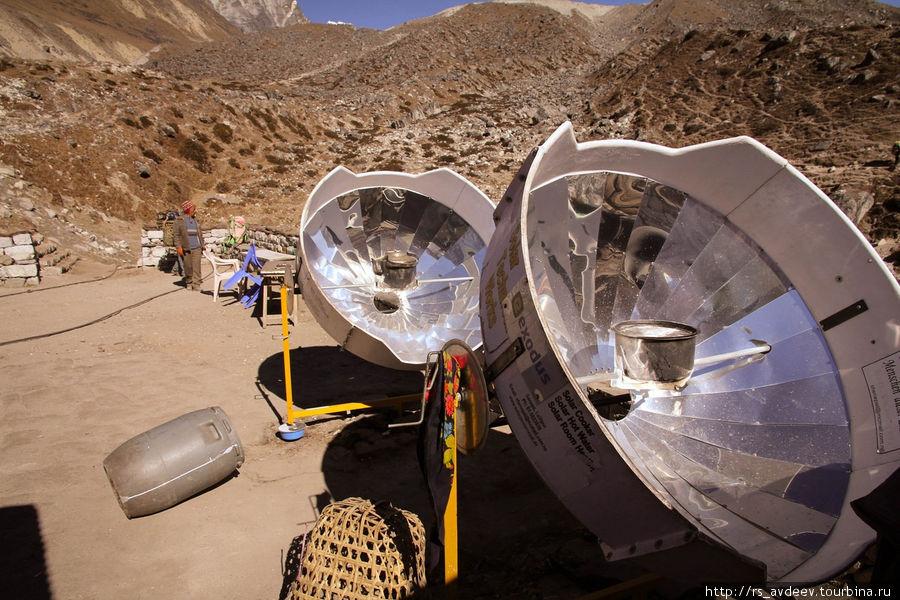 В горах на каждом шагу используют энергию солнца, где то солнечные батареи, где то воду греют, в данном случае готовят