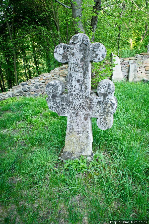 Кладбище за церковью