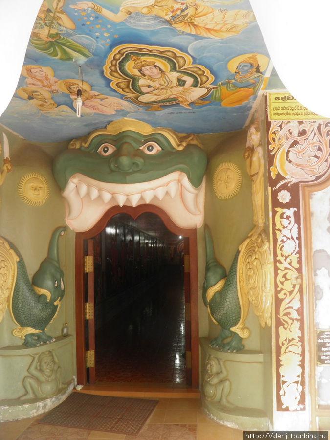 Вход в храм (во внутрь статуи)
