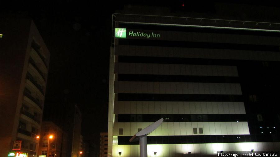 Отель вечером.