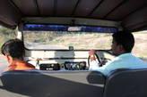 Гиды-надзиратели за рулём джипа