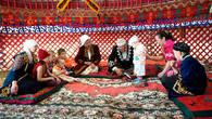 «Разрезание пут» — древний казахский обычай – Тусау кесу. Ребенок делает первые шаги и чтобы облегчить его жизненный путь, аксакал разрезает символические путы, которые наброшены на ноги будущего джигита