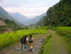 Долина реки очень зеленая, к тому же в самом начале пути пошел дождь: все цвета стали ярче, а тропинки мокрые. Слава богу дождь быстро закончился.