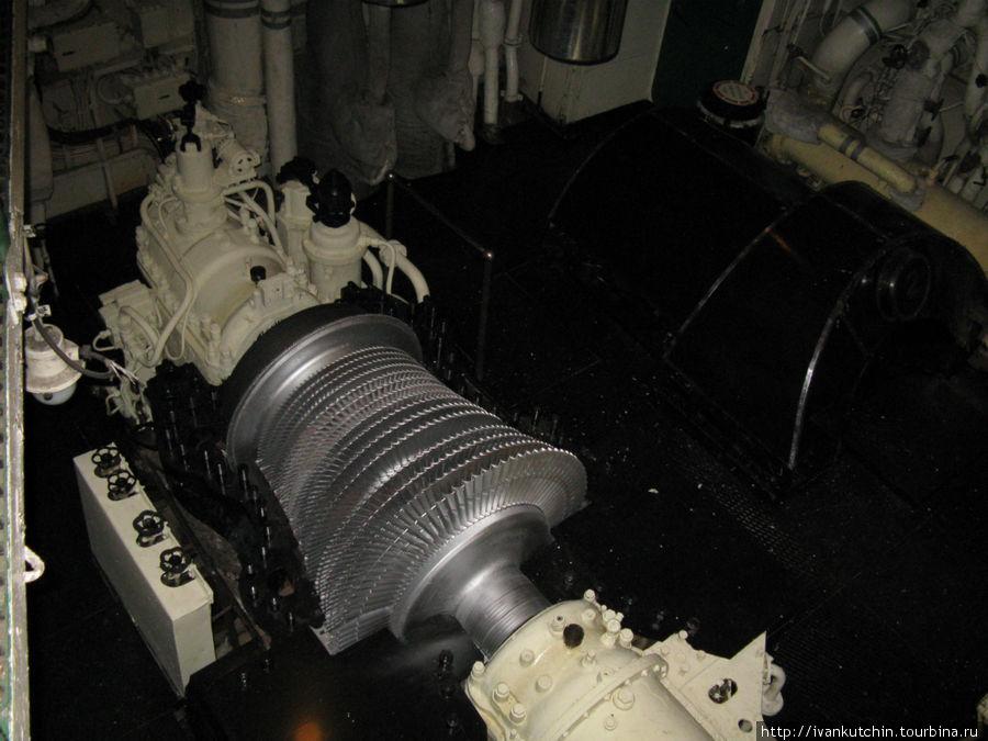 Турбина, одна из трех. Сейчас корпус с нее снят для демонстрации принципа работы.