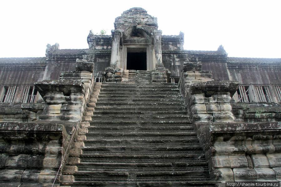 Крутая каменная лестница на второй уровень Ангкор-вата