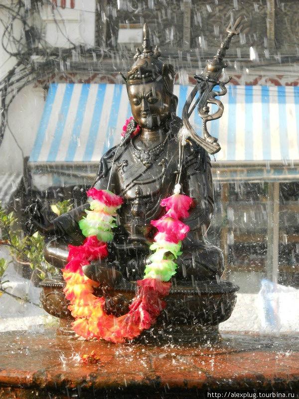 И пошел дождь, и возрадовался Будда и благословил прекрасный город Катманду.