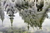 Отражение Белого храма в воде