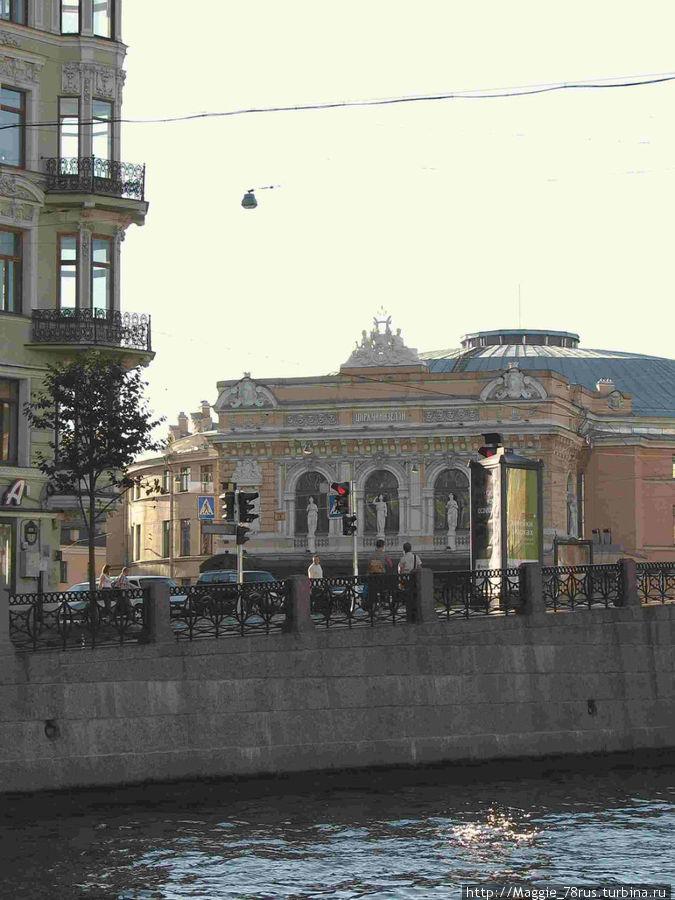 В здании слева со стороны Караванной и находится