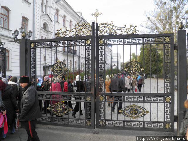 Вход в Лару охраняют казаки. Они же и следят за порядком.