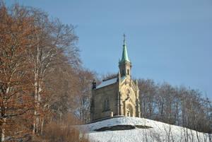 На въезде в городок на холме стоит маленькая церквушка