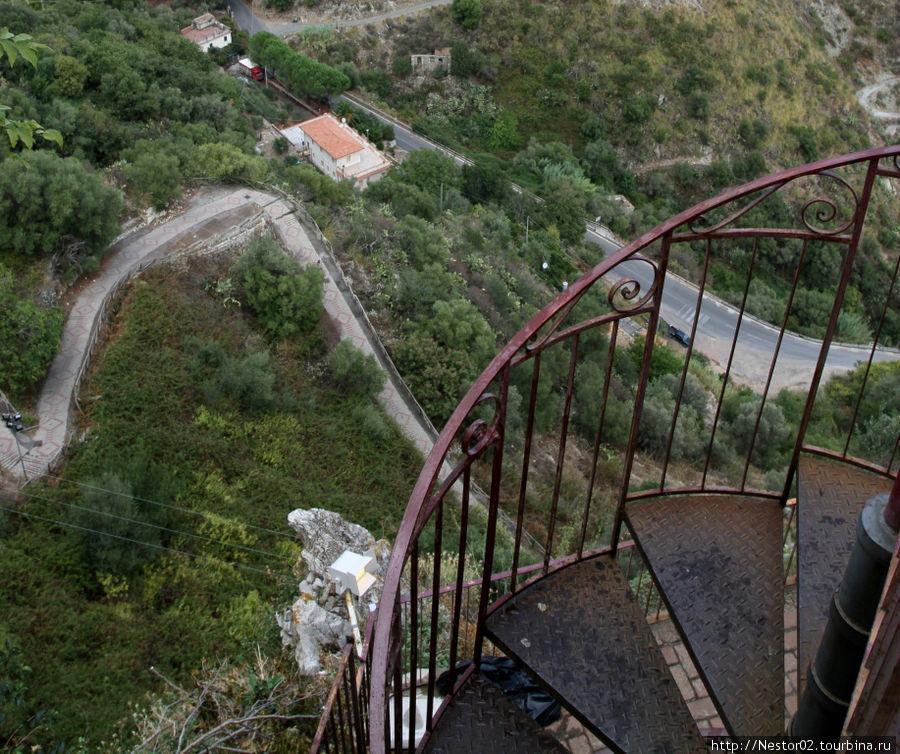 Кастельмоло. Лестница вниз.