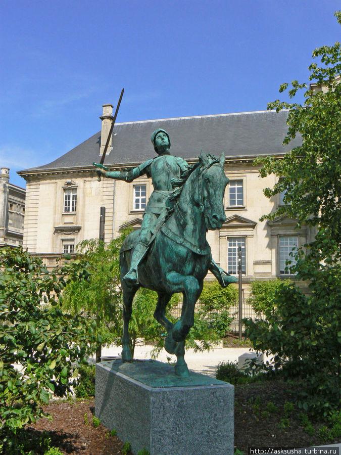 Памятник Жанне д'Арк. При поддержке Жанны д'Арк в 1429 году законным королем Франции был провозглашен Карл VII. Церемония коронации по традиции проходила в Кафедральном соборе Реймса.