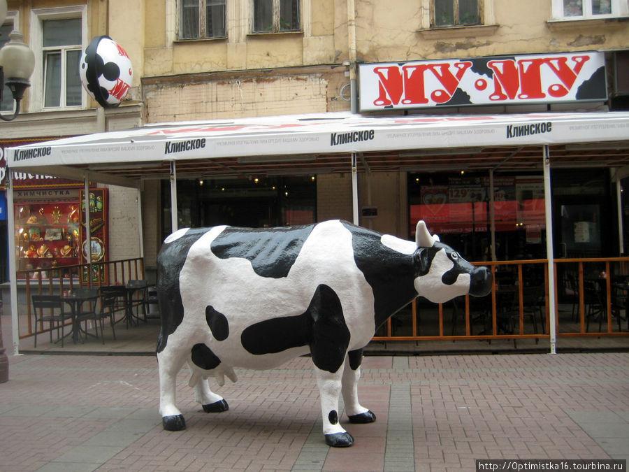 А это другая корова на Арбате. В начале Арбата открылось ещё одно кафе. (м. Арбатская)  Фотографировала во время моего приезда в Москву в сентябре 2011 года
