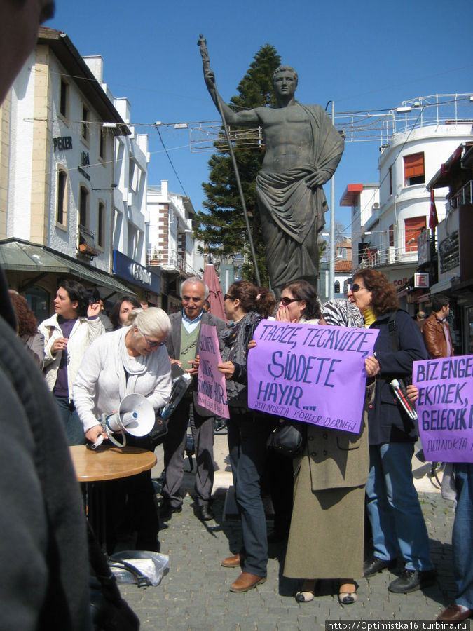 У памятника проходят митинги