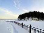 Набережная вдоль  берега стала излюбленным местом для проведения народных гуляний, а зимой здесь собираются рыбаки