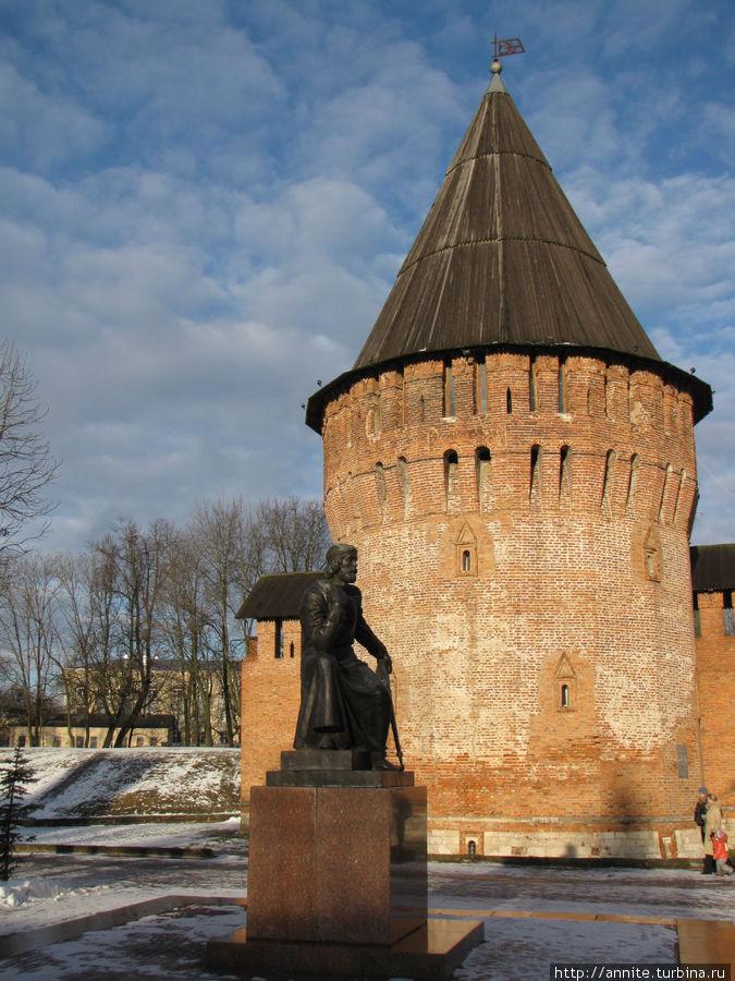 Ф. Конь возле своего творения — на фоне Громовой башни.