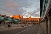 В старом городе Альмагро — множество памятников, которые возникли благодаря щедрым банкирам, братьям Футгер (XVI в.) из соседнего Альмадена. Основная достопримечательность — окруженная колоннами площадь с типичными зелеными балкончиками на соседних домах