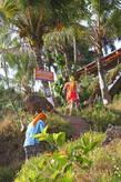 С пляжа лестница ведёт к отелям и ресторанам
