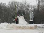 Ленин на фоне снежного ботинка