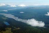 Поднимаемся выше — лес, река остаются позади...