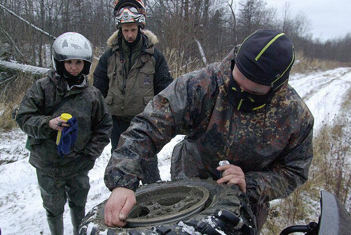 Разбортированное колесо перед сборкой необходимо очистить от грязи.