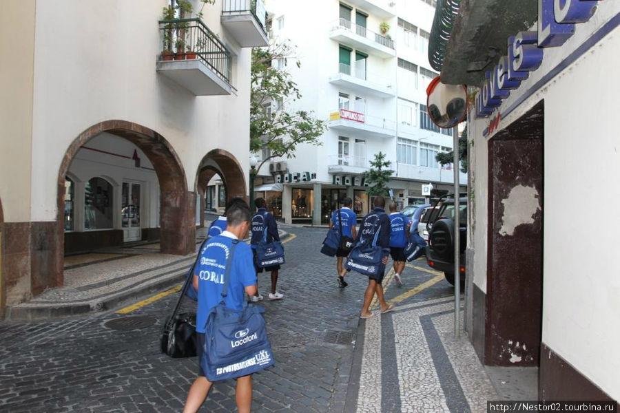 Улица До Кармо. Футболисты идут в отель Греко.