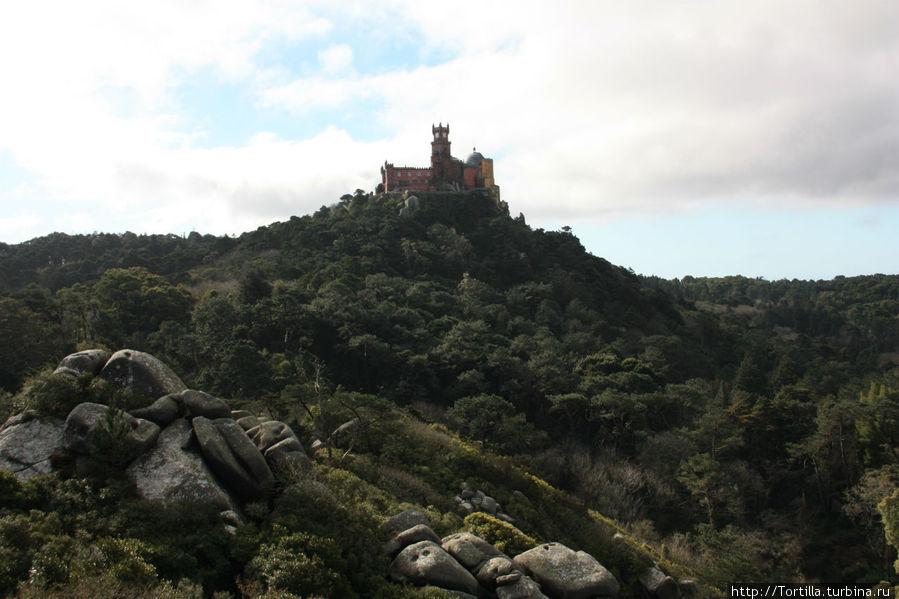 Синтра. Вид на Дворец Пена со стен Мавританской крепости [Castelo dos Mouros]