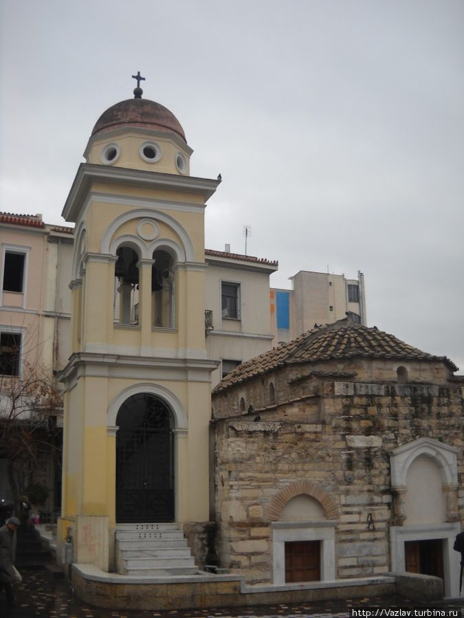 Здание церкви с колокольней