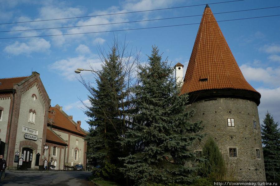 Кстати, на переднем плане справа — круглая башенка — это пансион при пивзаводе. Можно полностью погрузиться в средневековье.