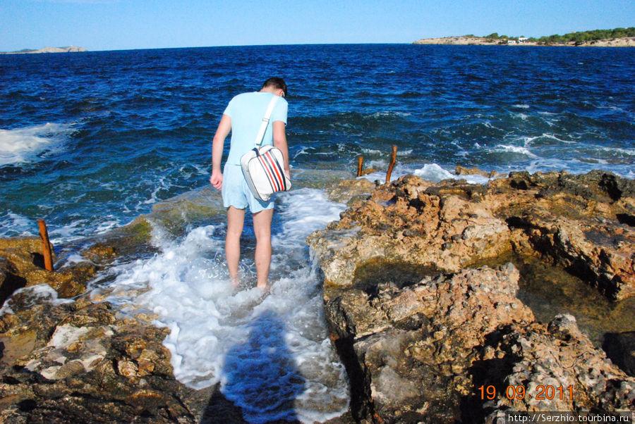 Проверяю тёплое ли море, оказалось очень тёплым)