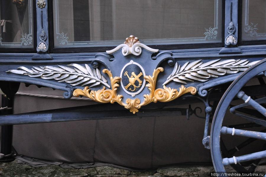 Карету украшают фамильные гербы, и трактовка их смысла  — предмет любопытства гостей замка.