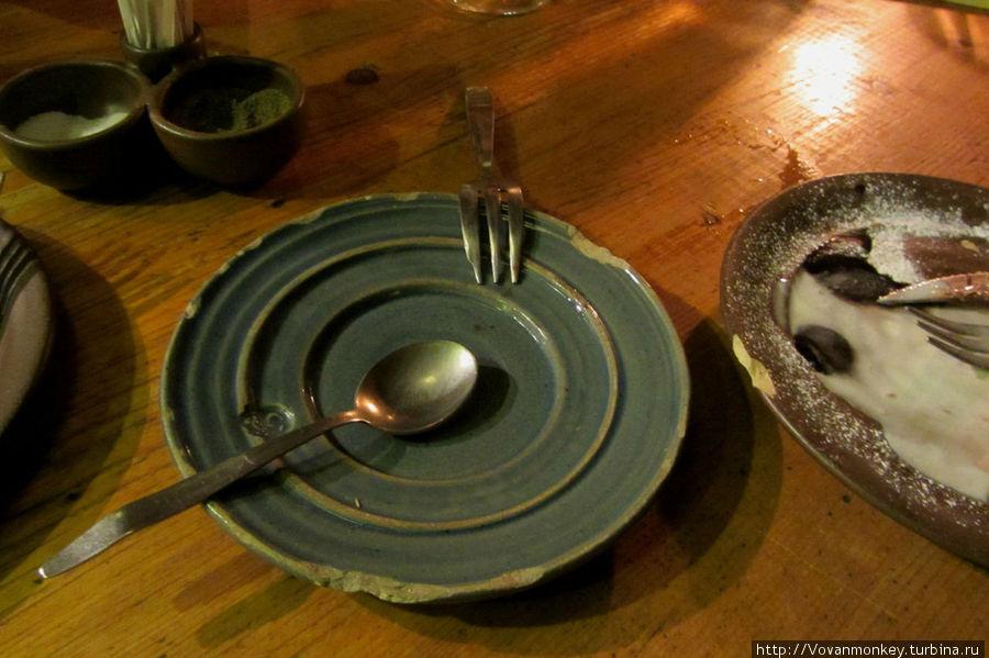 Видимо, битые тарелки и гнутые ложки — часть средневекового имиджа, но было бы вкусно, казалось бы приятной изюминкой, а в нашем случае — остался дополнительный осадок.