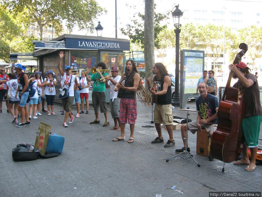 Уличные музыканты вблизи площади Каталонии.