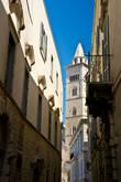 Мы шли по узким средневековым улицам, и вдруг между домами увидели...