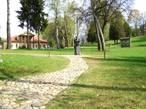 Мария Клавдиевна Тенишева встречает гостей в парке