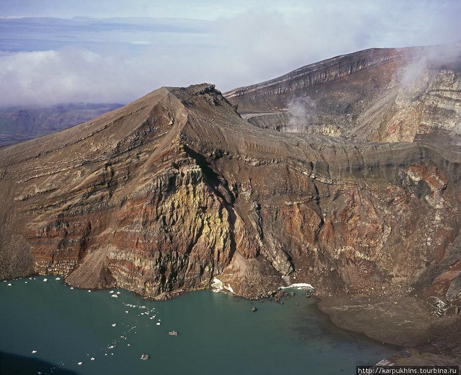 Один из кратеров Горелого. С озером пресной воды. На поверхности плавают льдинки.