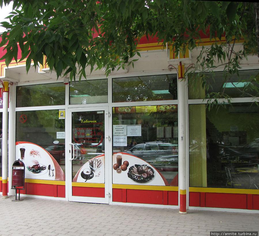Кафе находится в торговых рядах, ведущих к центральному рынку.