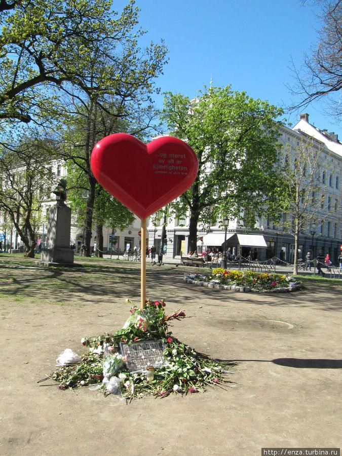 ...Нет ничего более великого, чем любовь... Это сердце тоже в память об убитых Брейвиком.