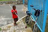 Мальчик разглядывает велосипед. Порт Морсби