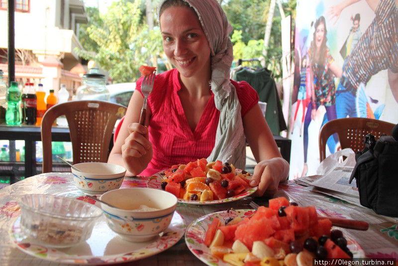 Две тарелки фруктового салата и по соку- отличный лёгкий обед на двоих