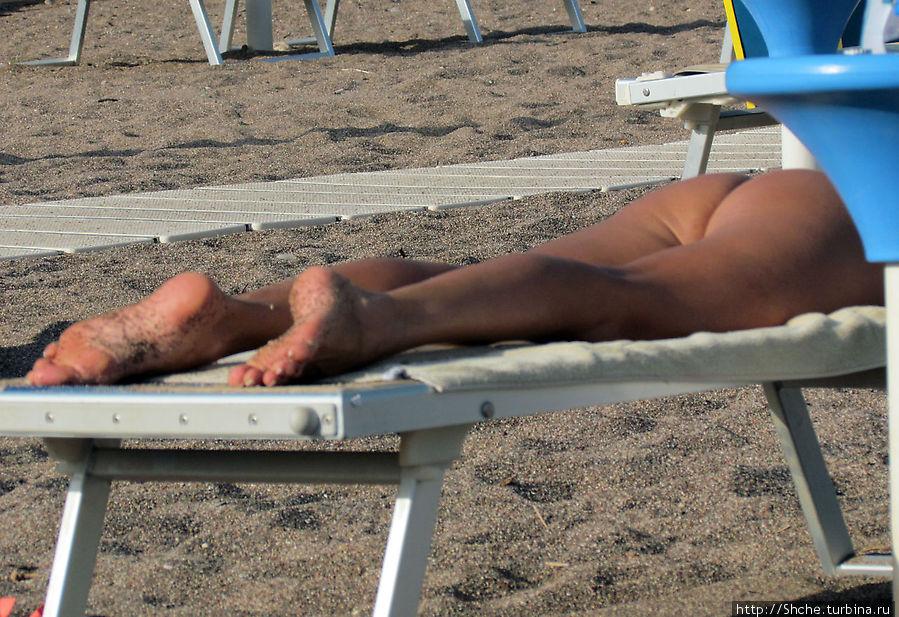 На пляже очень комфортный крупный песок, или мелкая галька, как назвать. Только жаль, прилипает к мокрым ногам