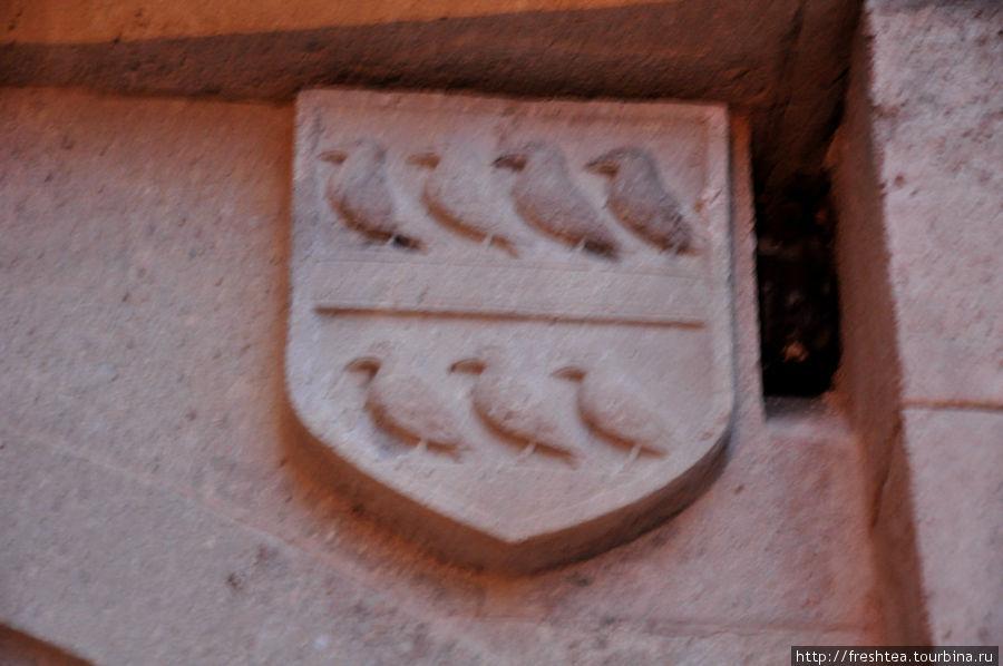 Один из фамильных гербов владельцев Бойниц...