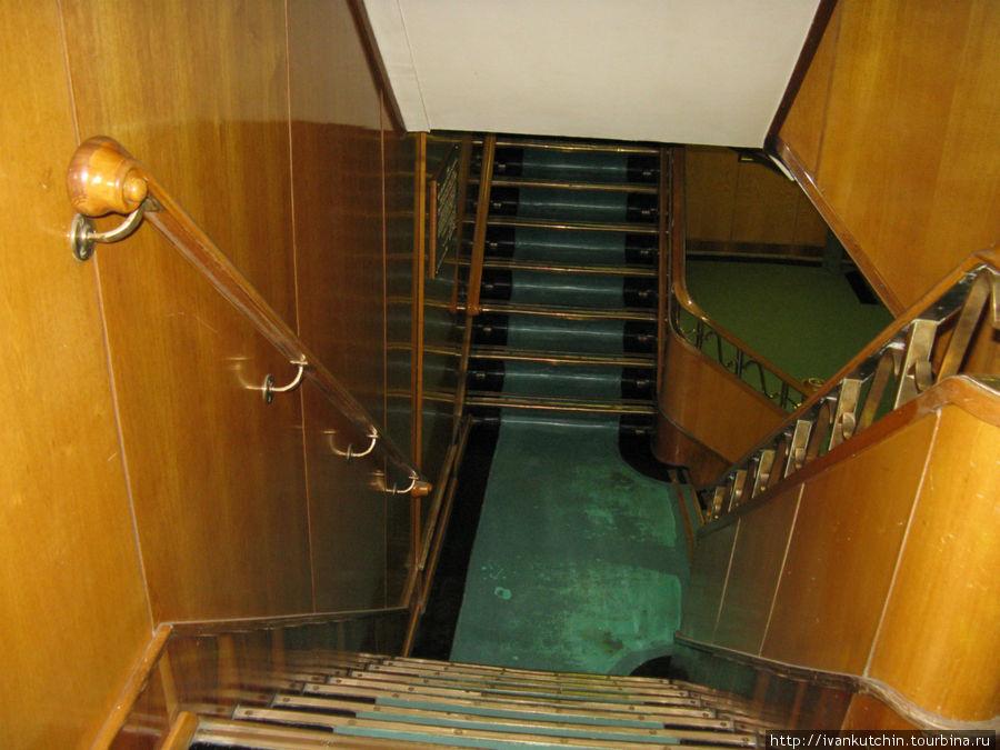По тем временам, когда полстраны жило в бараках и хрущевках, отделка ледокола, в том числе и жилых кают была на вполне достойном уровне.