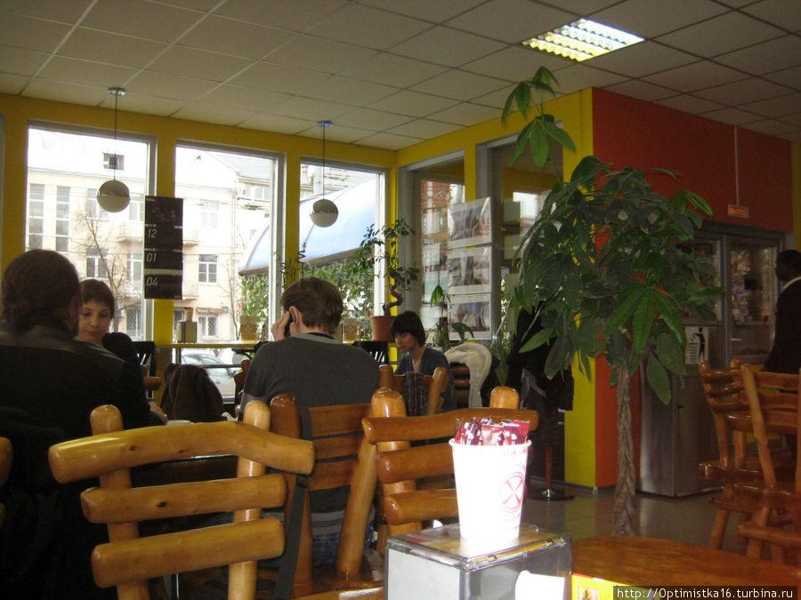 Посетителей в кафе много, но места хватает всем